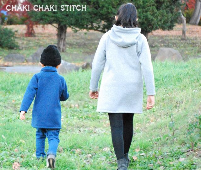 子供コート型紙姉弟-外で歩く後姿
